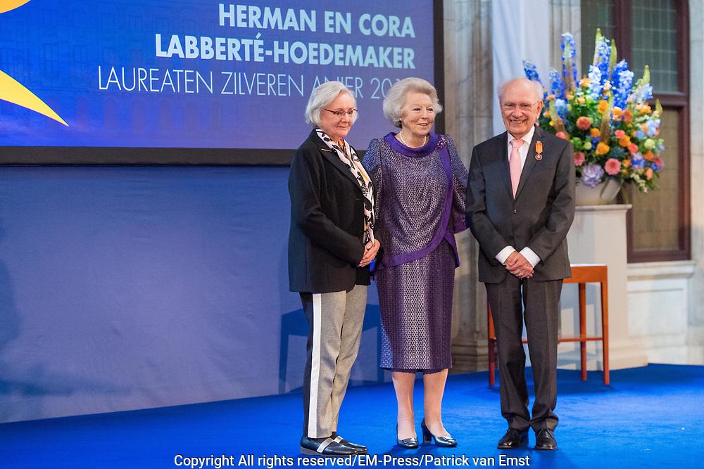 Prinses Beatrix reikt Zilveren Anjers 2019 uit in Paleis op de dam.<br /> <br /> Op de foto:  Prinses Beatrix reikt een Zilveren Anjer uit aan Herman en Cora Labberté-Hoedemaker voor hun rol als mecenas voor studenten beeldende kunst en muziek in met name Noord-Nederland.
