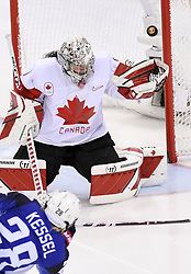 PYEONGCHANG, Feb. 22, 2018  Amanda Kessel of the United States (Front) shoots during women's ice hockey final against Canada at Gangneung Hockey Centre, in Gangneung, South Korea, Feb. 22, 2018. The United States beat Canada in shootout to win the women's ice hockey gold medal at the Winter Olympic Games here on Thursday. (Credit Image: © Ju Huanzong/Xinhua via ZUMA Wire)