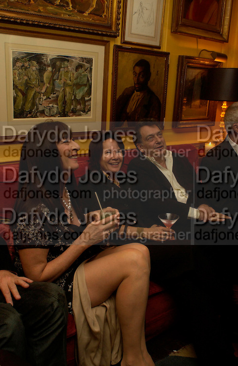 Angelica Huston and Bernardo Bertolucci. Artists Independent Networks  Pre-BAFTA Party at Annabel's co hosted by Charles Finch and Chanel. Berkeley Sq. London. 11 February 2005. . ONE TIME USE ONLY - DO NOT ARCHIVE  © Copyright Photograph by Dafydd Jones 66 Stockwell Park Rd. London SW9 0DA Tel 020 7733 0108 www.dafjones.com