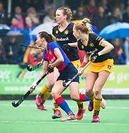 BILTHOVEN  - Hockey -  1e wedstrijd Play Offs dames. SCHC-Den Bosch (0-1). Ginella Zerbo (SCHC) met Margot van Geffen (Den Bosch). COPYRIGHT KOEN SUYK