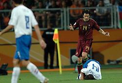 25-06-2006 VOETBAL: FIFA WORLD CUP: NEDERLAND - PORTUGAL: NURNBERG<br /> Oranje verliest in een beladen duel met 1-0 van Portugal en is uitgeschakeld / NUNO VALENTE en HEITINGA John <br /> ©2006-WWW.FOTOHOOGENDOORN.NL