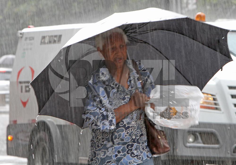 ATENCAO EDITOR: FOTO EMBARGADA PARA VEICULO INTERNACIONAL - SAO PAULO, SP, 09 JANEIRO 2013 - DESMONTAGEM ARVORE DE NATAL IBIRAPUERA -  Chuva atinge a av Paulista na regiao central da cidade nessa quarta-feira 09. (FOTO: LEVY RIBEIRO / BRAZIL PHOTO PRESS)
