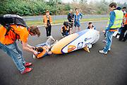 Rijder Rik Houwers staat klaar voor zijn recordpoging. Hij zou het niet halen, onder andere door de weersomstandigheden. In Duitsland probeert het Human Power Team Delft en Amsterdam (HPT), dat bestaat uit studenten van de TU Delft en de VU Amsterdam, het uurrecord te verbreken op de Dekrabaan met de VeloX4. Dat staat momenteel op 90,4 km. In september wil het HPT daarna een poging doen het wereldrecord snelfietsen te verbreken, dat nu op 133 km/h staat tijdens de World Human Powered Speed Challenge.<br /> <br /> Rider Rik Houwers is ready for his attempt to set a new hour record. He wouldn't make it, partially because of the weather. The Human Power Team Delft and Amsterdam, consisting of students of the TU Delft and the VU Amsterdam, tries to set a new hour record on a bicycle with the special recumbent bike VeloX4. The current record is 90,4 km. They also wants to set a new world record cycling in September at the World Human Powered Speed Challenge. The current speed record is 133 km/h.
