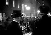 Demonstration utanför Stadshuset vid nobelfesten mot att Milton Friedman tilldelats nobelpriset i ekonomi.