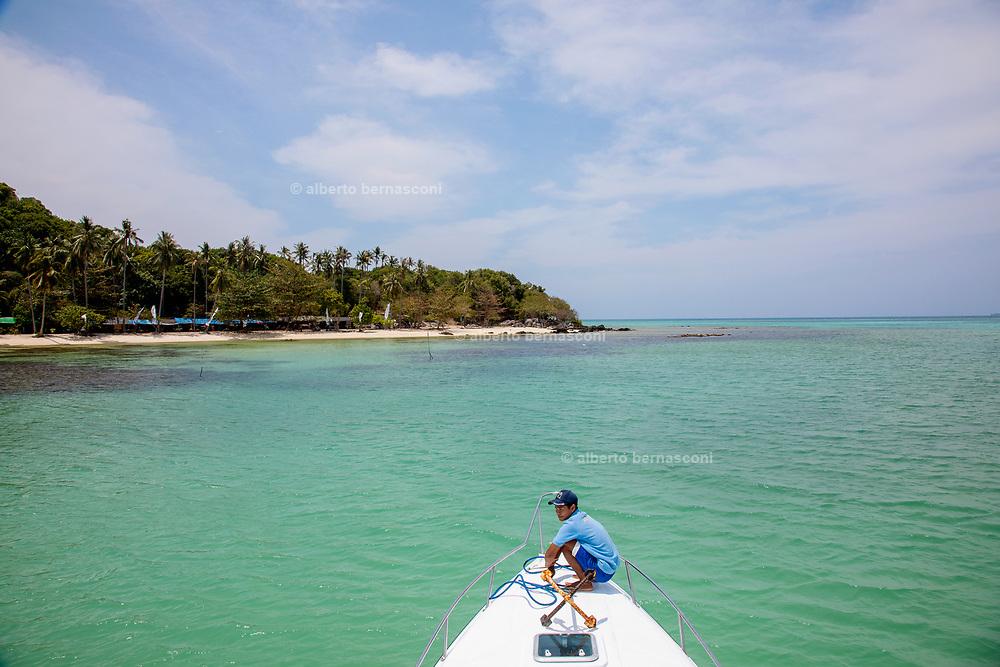 INDONESIA, Karimunjawa Archipelago, Pulau Karimunjawa, Ujung Gelam beach, with many local restaurants on the beach