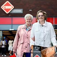 Nederland, Rotterdam, 8 augustus 2012..Prijsbewuste klant C1000, de 72 jarige mevr. W. de Vries (r) uit Rotterdam samen met een vriendin aan het winkelen..Foto:Jean-Pierre Jans