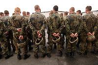 26 SEP 2006, LIBREVILLE/GABON:<br /> Soldaten der Bundeswehr, Teil des Kontingents des EUFOR RD CONGO, angetreten auf dem miltaerisdchen Teil des Flughafens Libreville<br /> IMAGE: 20060925-01-071<br /> KEYWORDS: Bundeswehr, Soldat, Soldaten, Fallschirmjäger, Afrika, Africa, Helm, Ruecken, Rücken, von hinten