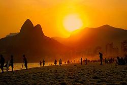 Por-do-sol no posto 9, na praia de Ipanema, no Rio de Janeiro. FOTO: Marcelo Campos/Preview.com