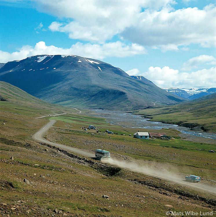 Rúta á malarvegi, Vegastæði 1974,  Fremri-Kot i Norðurárdalur, Akrahreppur, á leið upp að Öxnadalsheiði. / Bus driving on gravel road as seen 1974, Fremri-Kot in Nordurardalur on the way east towards. Oxnadalsheidi.