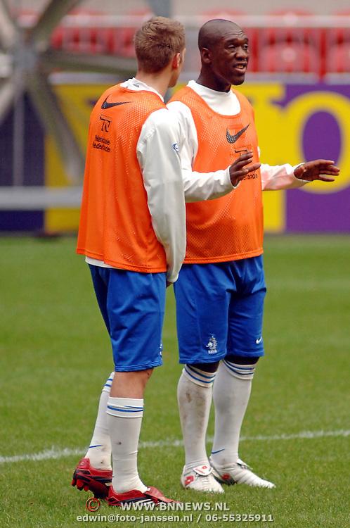 NLD/Amsterdam/20061114 - Training Nederlands Elftal, Clarence Seedorf in gesprek met Stijn Schaars
