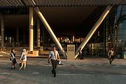 ABU DHABI, EMIRATS ARABES UNIS - 19 JANVIER 2016: Fin de journée a Masdar City devant le siège de Siemens Middle East.