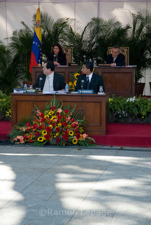 Cilia flores, presidenta  de la asamblea nacional de Venezuela en la plaza Bolivar de Caracas durante la aprobacion de la ley habilitante que autoriza al Presidente de la Republica para dictar Decretos con Rango, Valor y Fuerza de Ley en las materias que se delegan  (Venezuela. 31-01-07 (Ramon Lepage/orinoquiaphoto)  Supporters of president Hugo Chavez participate during the  national assembly¥s approval of a law that gives special powers to president Hugo Chavez to rule by decree for the next 18 months. Plaza Bolivar, Caracas, Venezuela 01-31-07 (Ramon Lepage/orinoquiaphoto)..