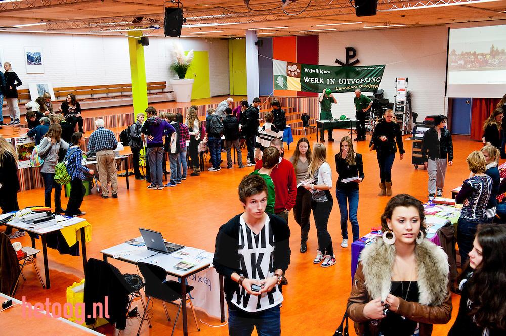 zwolle, 09nov2011 Meandercollege zwolle. stagemarkt op het meandercollege in zwolle waar leerlingen van de middelbarescholen uit zwolle maatschappelijke organisaties kunnen ontmoeten. ihkv hun maatschappelijke stage moeten zij vrijwilligerswerk doen.