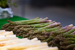 THEMENBILD - erntefrischer, grüner Spargel wird am Wochenmarkt verkauft, aufgenommen am 21. April 2018, Salzburg, Österreich // fresh green asparagus is sold at the weekly market on 2018/04/21, Salzburg, Austria. EXPA Pictures © 2018, PhotoCredit: EXPA/ Stefanie Oberhauser