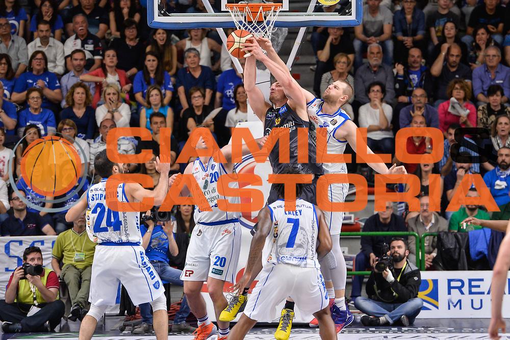 Luca Lechthaler, Tautvydas Lydeka<br /> Banco di Sardegna Dinamo Sassari - Dolomiti Energia Aquila Basket Trento<br /> Legabasket Serie A LBA Poste Mobile 2016/2017<br /> Playoff Quarti Gara3<br /> Sassari 16/05/2017<br /> Foto Ciamillo-Castoria