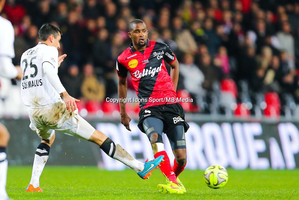Moustapha DIALLO / Julien FERET  - 03.12.2014 - Guingamp / Caen - 16eme journee de Ligue 1 <br /> Photo : Vincent Michel / Icon Sport