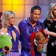 NLD/Hilversum/20110128 - Live show Sterren Dansen op het IJs2011, Danny de Munk en schaatspartner luisteren naar het jury oordeel