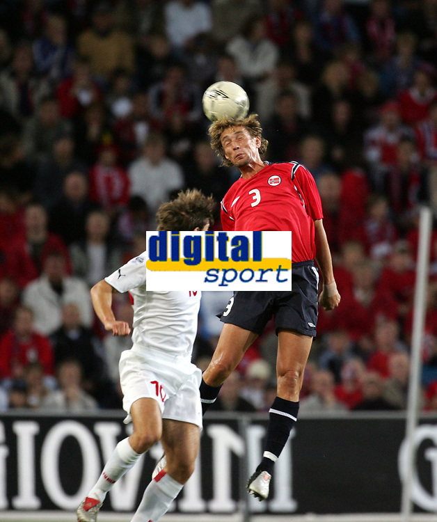 Fotball<br /> VM-kvalifisering<br /> Norge v Hviterussland<br /> Ullevaal stadion<br /> 8. september 2004<br /> Foto: Digitalsport<br /> Vidar Riseth, Norge, og  Vyachlesav Hleb, Hviterussland