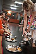 Vegetarisk måltid serveras på golvet, Sivananda Ashram, Kerala, Indien