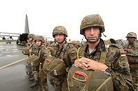 26 SEP 2006, LIBREVILLE/GABON:<br /> Fallschirmjaeger der Bundeswehr, Teil des Kontingents  des EUFOR RD CONGO, vor einer Uebung, auf dem miltaerisdchen Teil des Flughafens Libreville<br /> IMAGE: 20060925-01-044<br /> KEYWORDS: Bundeswehr, Soldat, Soldaten, Fallschirmjäger, Afrika, Africa