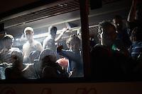 Um dem Flüchtlingsstrom Herr zu werden, hat Kroatien damit begonnen, Flüchtlinge von Tovarnik an die ungarische Grenze zu bringen, um eine humanitäre Katastrpohe zu verhindern. Die Flüchtlinge fahren in Knvois zu jeweils zehn Bussen 120 Kilometer drch Kroatien, um an die Grenzu zu Ungarn zu gelangen. Vor Ort nehmen ungarische Beamte die Flüchtlinge in Empfang und verteilen sich auf Buss auf der ungarischen Seite, um sie anschließend nach Österreich zu bringen.