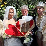NLD/Laren/20070829 - Huwelijk Willibrord Frequin en Susanne Rastin, laten de duiven los