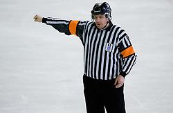 Znak za pretirano grobost. Roughing. Slovenski hokejski sodnik Damir Rakovic predstavlja sodniske znake. Na Bledu, 15. marec 2009. (Photo by Vid Ponikvar / Sportida)