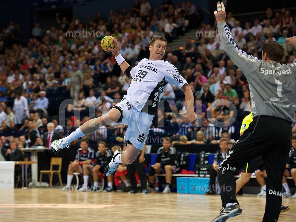 Filip Jicha (THW) im Sprungwurf gegen rechts Dan Beutler (SGF)