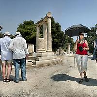 Griekenland.Peloponnesos.Oud Olympia.29 augustus 2007..Toeristen tussen de archeologische overblijfselen van de  oude stad Olympia uit de Griekse oudheid.