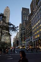21 NOV 2003, NEW YORK/USA:<br /> Abendliche Szene mit Strassenverkehr und Hochhaeuser der 5th Avenue, Manhatten, New York<br /> IMAGE: 20031121-02-054<br /> KEYWORDS: Nacht, Nachtaufnahme