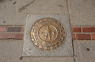 UNITED STATES-BOSTON- The Freedom Trail. Photo: Gerrit de Heus..VERENIGDE STATEN-BOSTON-Plaquette op de rode lijn die de route van The Freedom Trail aangeeft. Een wandelroute langs historische plekken in de stad. PHOTO GERRIT DE HEUS