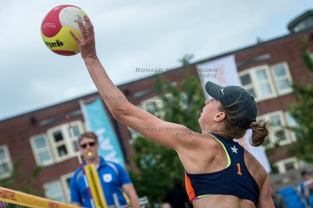 19-06-2016 NED: Beachvolleybaltoernooi eredivisie, Amsterdam<br /> Op het Mercatorplein in Amsterdam gaan de beachers uit de eredivisie voor de finale dag /
