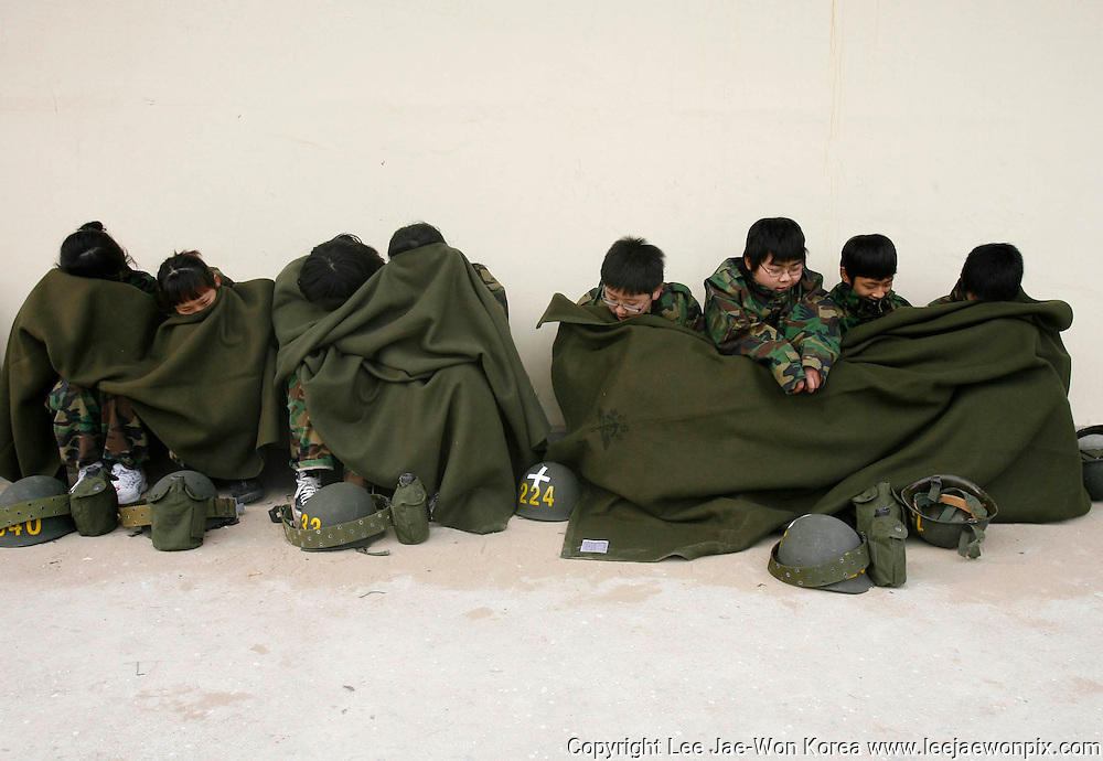 Students take a break during a winter military camp, organised by the marine corps at a marine corps unit in Pohang, about 370 km (230 miles) southeast of Seoul, January 8, 2008. /Lee Jae-Won