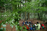 Svizzera, San Gallo, asilo nel bosco , si legge una storia.....Switzerland, St. Gallen, kindergarten in the wood. Children are free to run and enjoy in the wood no matter cold or snow...telling stories in the wood...