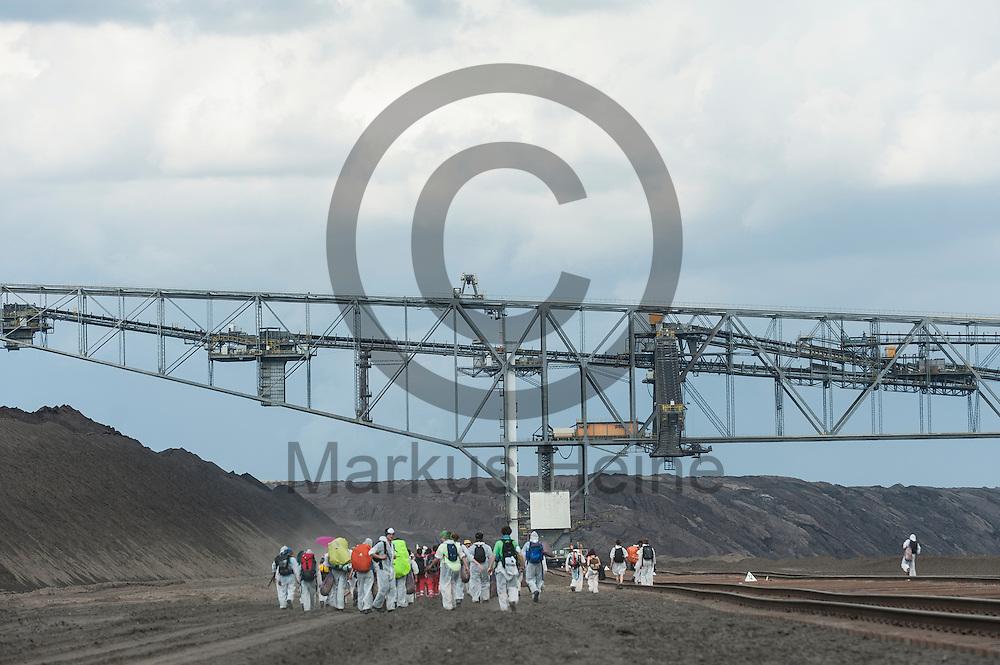 Aktivsten laufen am 13.05.2016 im Braunkohlentagebau Welzow-S&uuml;d bei Welzow, Deutschland durch den Tagebau. Mehrere Tausend Aktivisten haben den  Braunkohlentagebau blockiert um gegen die Nutzung von fossilen Brennstoffen zu protestieren. Foto: Markus Heine / heineimaging<br /> <br /> <br /> ------------------------------<br /> <br /> Ver&ouml;ffentlichung nur mit Fotografennennung, sowie gegen Honorar und Belegexemplar.<br /> <br /> Bankverbindung:<br /> IBAN: DE65660908000004437497<br /> BIC CODE: GENODE61BBB<br /> Badische Beamten Bank Karlsruhe<br /> <br /> USt-IdNr: DE291853306<br /> <br /> Please note:<br /> All rights reserved! Don't publish without copyright!<br /> <br /> Stand: 05.2016<br /> <br /> ------------------------------<br /> <br /> ------------------------------<br /> <br /> Ver&ouml;ffentlichung nur mit Fotografennennung, sowie gegen Honorar und Belegexemplar.<br /> <br /> Bankverbindung:<br /> IBAN: DE65660908000004437497<br /> BIC CODE: GENODE61BBB<br /> Badische Beamten Bank Karlsruhe<br /> <br /> USt-IdNr: DE291853306<br /> <br /> Please note:<br /> All rights reserved! Don't publish without copyright!<br /> <br /> Stand: 05.2016<br /> <br /> ------------------------------