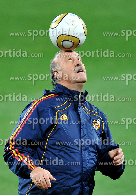 10.07.2010, Soccer City Stadium, Johannesburg, RSA, FIFA WM 2010, Training Spanien im Bild Vicente Del Bosque, Trainer Spanien, spielt mit dem Ball, EXPA Pictures © 2010, PhotoCredit: EXPA/ InsideFoto/ Perottino *** ATTENTION *** FOR AUSTRIA AND SLOVENIA USE ONLY! / SPORTIDA PHOTO AGENCY