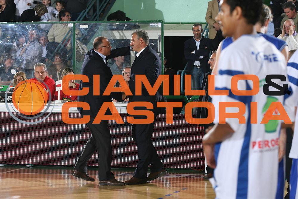DESCRIZIONE : Avellino Lega A1 2007-08 Playoff Quarti di finale Gara 1 Air Avellino Pierrel Capo d'Orlando<br />GIOCATORE : Boniciolli Sacchetti<br />SQUADRA : <br />EVENTO : Campionato Lega A1 2007-2008 <br />GARA : Air Avellino Pierrel Capo d'Orlando<br />DATA : 11/05/2008 <br />CATEGORIA : Fair Play<br />SPORT : Pallacanestro <br />AUTORE : Agenzia Ciamillo-Castoria/M.Marchi