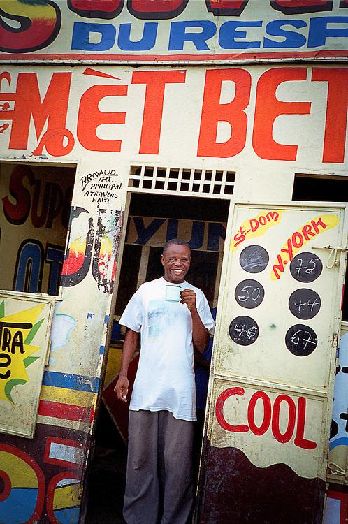 Homme au café, centre-ville de Port-au-Prince, 2002
