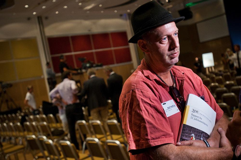 Anhörig Kjell Fredrik Lie blir invervjuad i samband med 22 Juli kommissionens framläggning av sin rapport på en presskonferens i Oslo
