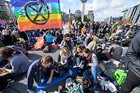 """09 OCT 2019, BERLIN/GERMANY:<br /> Eine Gruppe junger Leute singt, mit Flagge """"Pace"""" und Logo, Extinction Rebellion (XR), eine globale Umweltbewegung protestiert mit der Blockade von Verkehrsknotenpunkten fuer eine Kehrtwende in der Klimapolitik, im Hintergrund die Kuppel des Reichstagsgebaeudes, Marschallbruecke<br /> IMAGE: 20191009-02-037<br /> KEYWORDS: Demonstration, Demo, Demonstranten, Klima, Klimawandel, climate change, protest, Marschallbrücke"""