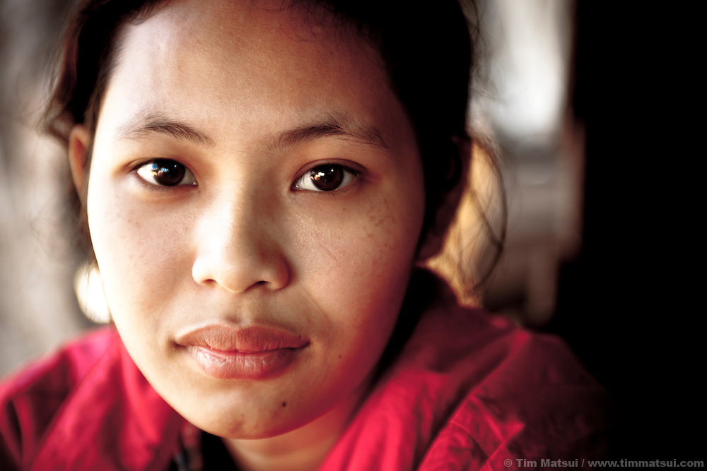 Davy, a Cambodian living in the border town of Koh Kong, just returned from Thailand where she was working illegally due to the scarcity of employment near her home. Unmarried and childless, she is responsible for the livelihood of most of her family and typically finds work at fish processing plants in Thailand.