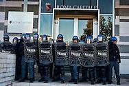 Roma 29 Novembre 2013<br /> Manifestazione  dei  Movimenti per il diritto all'abitare che manifestano per la strade della Garbatella fino alla Regione Lazio per chiedere misure per far fronte all'emergenza abitativa a Roma. La polizia davanti all'Assessorato comunale al patrimonio
