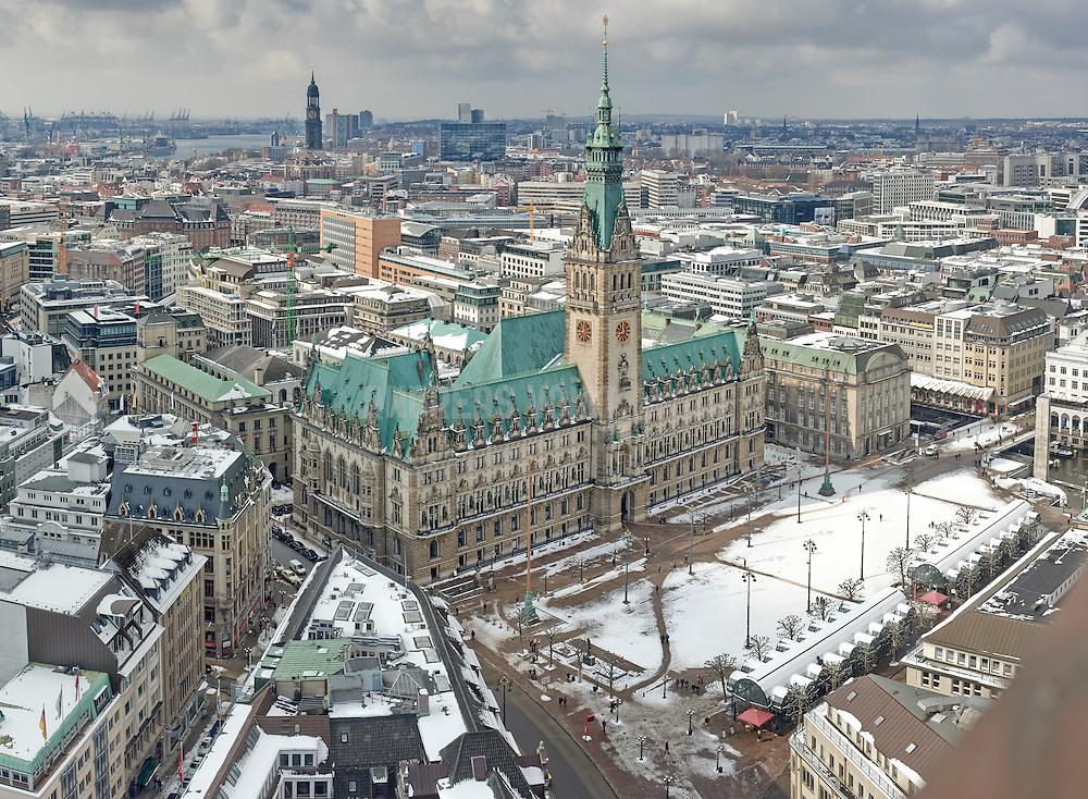 Blick über Hamburg vom Rathaus über den Michel und die Elbe