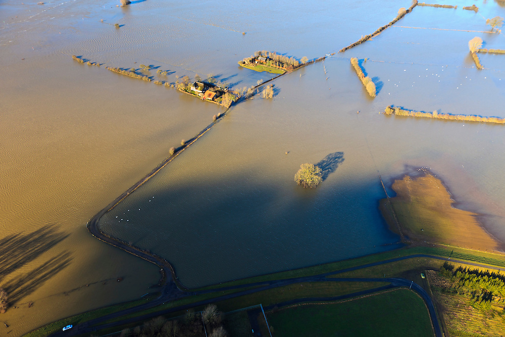 Nederland, Overijssel, Deventer, 20-01-2011. Stobbenwaarden, met boerderij De Stobbenweerd, de uiterwaard en de wegen zijn onder water komen te staan door het hoogwater van de IJssel..Farm De Stobbenweerd..Due to the high water of the river IJssel, the flood plains and roads are flooded..luchtfoto (toeslag), aerial photo (additional fee required).copyright foto/photo Siebe Swart