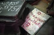 Das Staatliche Museum Oswiecim im ehemaligen Konzentrationslager Auschwitz 1 mit Belegen für den Holocaust und die Verbrechen der Nazis. Auf dem Bild Koffer von deportierten Häftlingen des Konzentrationslagers, ausgestellt in Block 5.