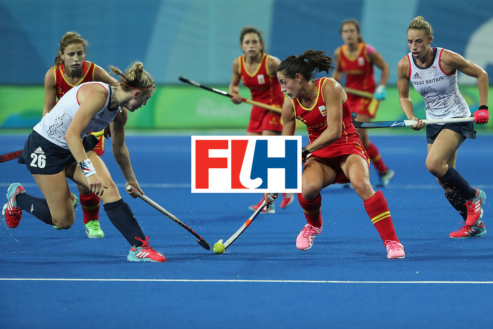 RIO DE JANEIRO, BRAZIL - AUGUST 15:  Beatriz Perez #21 of Spain moves the ball against Lily Owsley #26 of Great Britain during the second half of the quarter final hockey game on Day 10 of the Rio 2016 Olympic Games at the Olympic Hockey Centre on August 15, 2016 in Rio de Janeiro, Brazil.  (Photo by Christian Petersen/Getty Images)