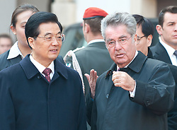 31.10.2011, Innerer Burghof, Wien, AUT, Bundesrepublik Oesterreich, Eintreffen des Praesidenten der Volksrepublik China  Hu Jintao mit seiner Frau Liu Yongqing im Inneren Burghof mit anschließender Begrueßung durch Bundespraesident Dr. Heinz Fischer und Frau Margit Fischer, Empfang mit militaerischen Ehren, im Bild Bundespraesident Dr. Heinz Fischer mit Praesident der Volksrepublik China  Hu Jintao // during the arrival of president of the people's Republic of China Hu Jintao and his wife Liu Yongqing at the inner bailey and the following welcome by federal president Dr. Heinz Fischer and his wife Margit Fischer, Reception with military honours, Innerer Burghof, Vienna, 2011-10-31, EXPA Pictures © 2011, PhotoCredit: EXPA/ M. Gruber