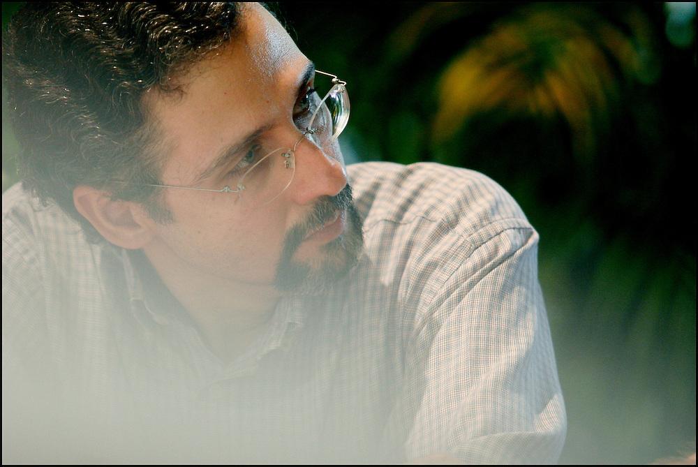 """JORGE DE ABREU / ESCRITOR VENEZOLANO <br /> Caracas - Venezuela 2008 <br /> (Copyright © Aaron Sosa) <br /> <br /> Escritor venezolano (Caracas, 1963). Biólogo graduado en la Universidad Simón Bolívar (USB) y con maestría en la misma casa de estudios, especializado en el área de bioquímica nutricional. En 1984 participa con un grupo de estudiantes universitarios en la fundación de UBIK, el club de ciencia ficción de la USB. Desde esa época comienza su actividad literaria en la difusión del género. Colabora en la edición de las publicaciones de UBIK: Cygnus, la Revista de Ciencia Ficción (1985), La Gaceta de UBIK (1988) y Necronomicón (1992), escribiendo algunos relatos y artículos para dichas publicaciones. En 1984 obtiene el segundo lugar en el Segundo Concurso Literario de Ciencia Ficción con su relato """"Como una Rata"""" y en 1988 el primer lugar en el Primer Concurso del Cuento Universitario (organizado por el Decanato de Estudios Generales de la USB) con su relato """"Brabante"""". En UBIK participó en la organización y ejecución de talleres literarios, foros de cine, exposiciones, producciones de video y súper 8. Entre 1985 y 1997 participó como jurado en 12 de los concursos literarios que organizó UBIK (III a XIV). En 1997 inaugura el portal de UBIK, Asociación Venezolana de Ciencia Ficción y Fantasía, y desde esa fecha cumple allí funciones de webmaster. Actualmente desempeña labores editoriales con Ubikverso, revista digital de ciencia ficción y fantasía, y Necronomicón, revista digital dedicada al terror. Ha publicado relatos en el Periódico Universitario de la USB, Koinos, Axxón, Alfa Eridiani, Efímero y Vórtice en Línea. Sus relatos han aparecido en las antologías argentinas Anuario Axxón y Los Universos Vislumbrados 2. Ha sido traducido al inglés, portugués e italiano. En 2008 fue seleccionado para participar en la III Semana de la Narrativa Urbana de Caracas."""