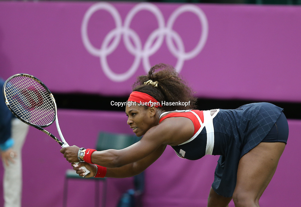 Olympiade,Wimbledon,AELTC,London 2012.Olympic Tennis Tournament, Serena Williams (USA),.Aktion,Einzelbild,Halbkoerper,Querformat,verrenkt sich,Verrenkung,kurios,