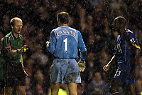 Fotball<br /> Premier League 2004/05<br /> Manchester United v Arsenal<br /> 24. oktober 2004<br /> Foto: Digitalsport<br /> NORWAY ONLY<br /> Jens Lehmann and Sol Campbell complain to Mike Riley after his award of the penalty